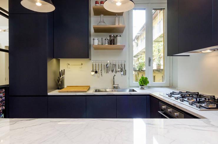 CESCOLINA SUI NAVIGLI: Cucina in stile in stile Industriale di NOMADE ARCHITETTURA E INTERIOR DESIGN