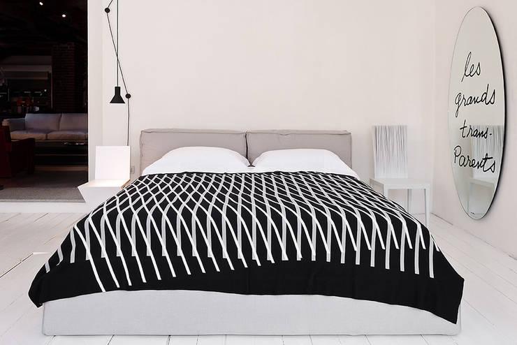 OPTICAL LINES: Camera da letto in stile in stile Moderno di roberta licini