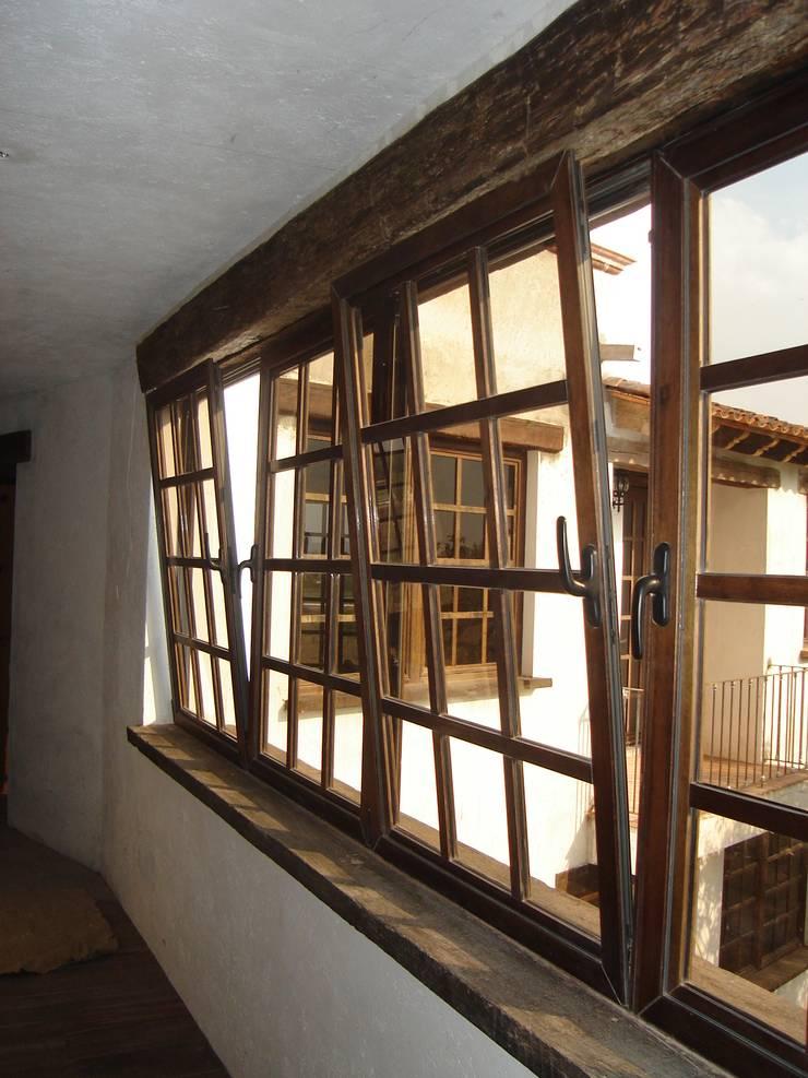 Ventanas Oscilobatientes en Madera: Ventanas de estilo  por Multivi