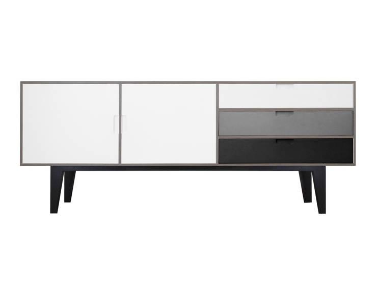 plywood V2: Hogar de estilo  por Hebrastudio