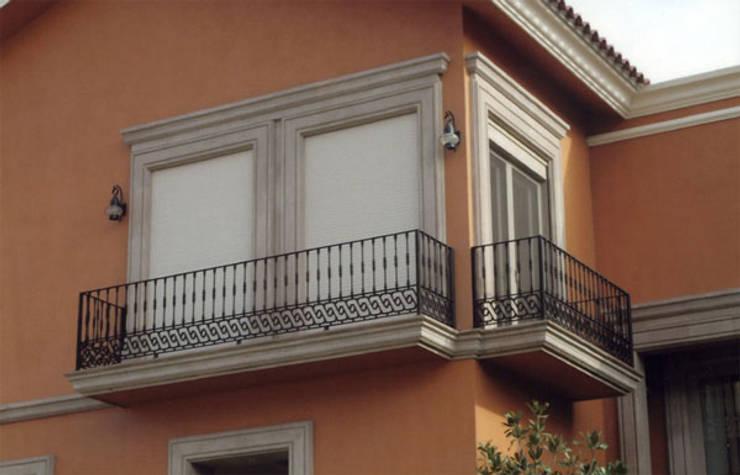 Cortinas enroollables: Casas de estilo  por ALUROLLER, S.A. DE C.V.