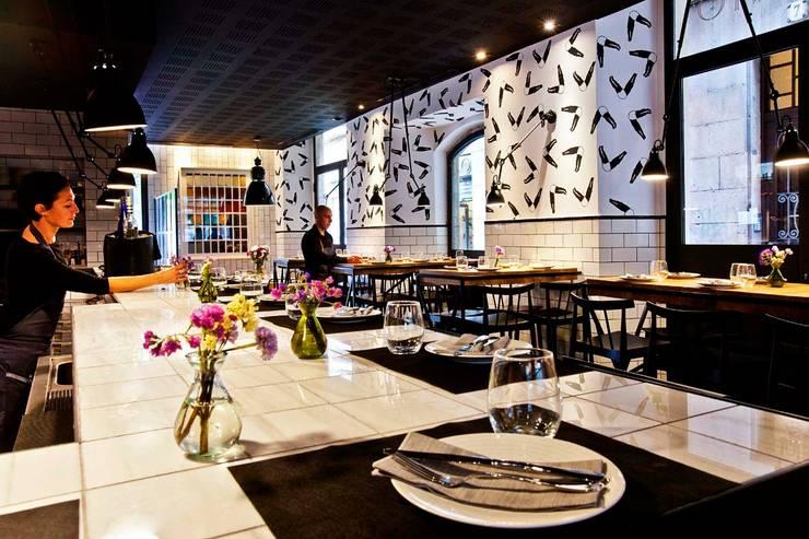 Restaurante PALOSANTO – Kaki:  de estilo  de BONBA studio