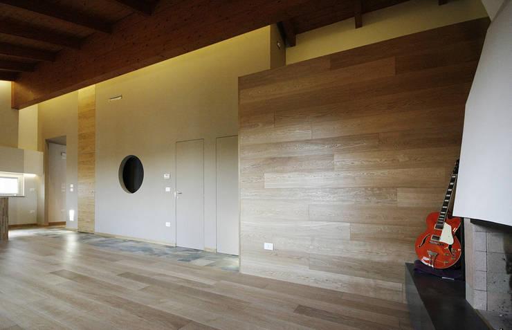Casa tra le colline abruzzesi: Soggiorno in stile  di Luca Mancini | Architetto,