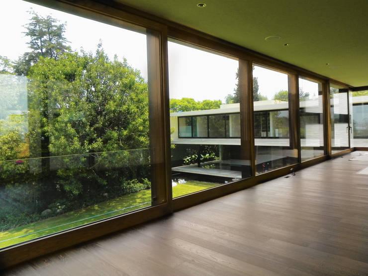 Diseños Elevables: Ventanas de estilo  por Multivi