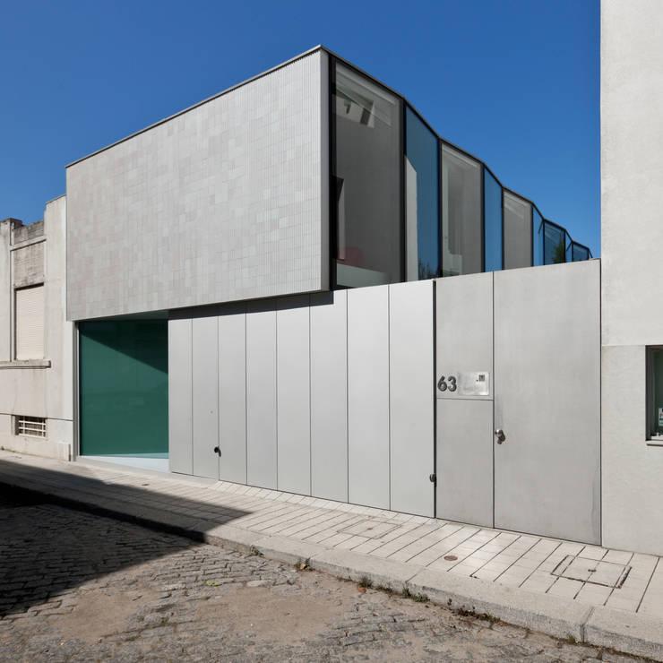 Casa Ricardo Pinto: Casas modernas por CORREIA/RAGAZZI ARQUITECTOS