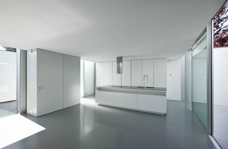 Cucina in stile in stile Moderno di CORREIA/RAGAZZI ARQUITECTOS