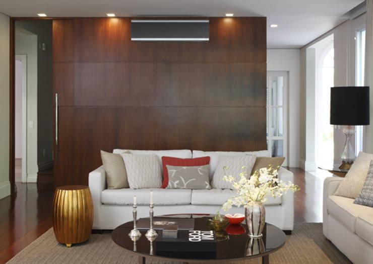 Integração e renovação: Salas de estar  por Lore Arquitetura