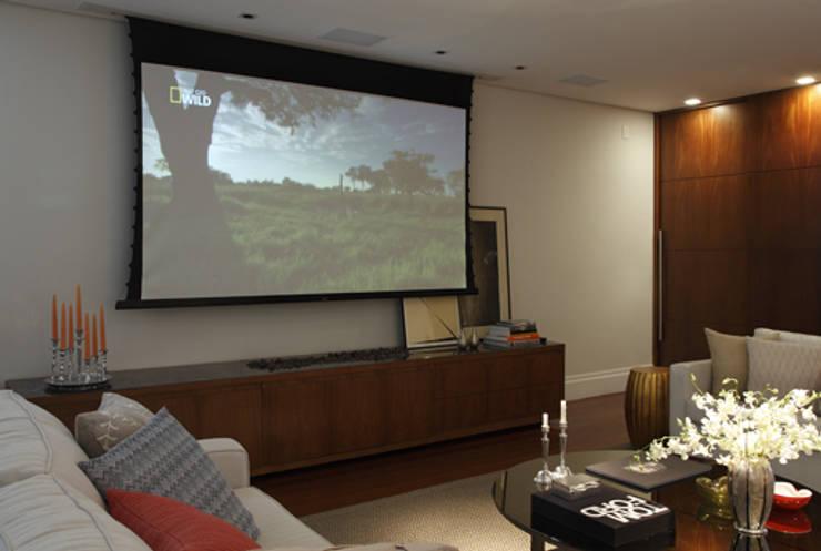 Integração e renovação: Sala de estar  por Lore Arquitetura