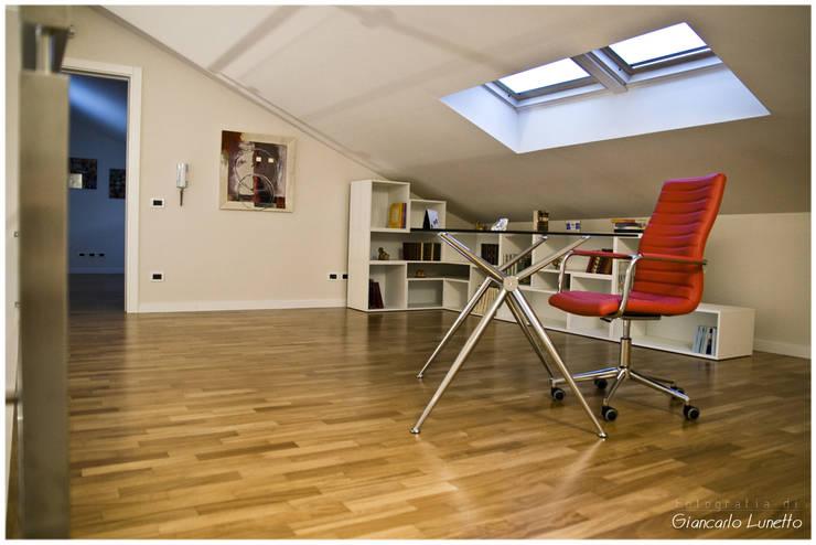 Soppalco: Studio in stile in stile Moderno di Ignazio Buscio Architetto