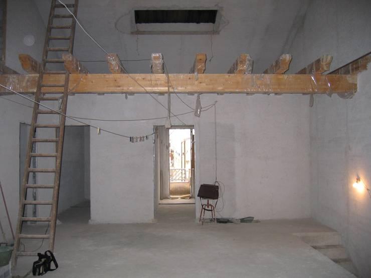 La struttura del soppalco prima dell'intervento:  in stile  di Ignazio Buscio Architetto