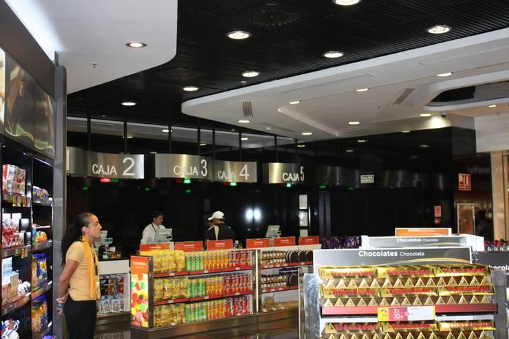 Comercio en aeropuerto Adolfo Suarez-Barajas (Madrid): Espacios comerciales de estilo  de URBAQ arquitectos