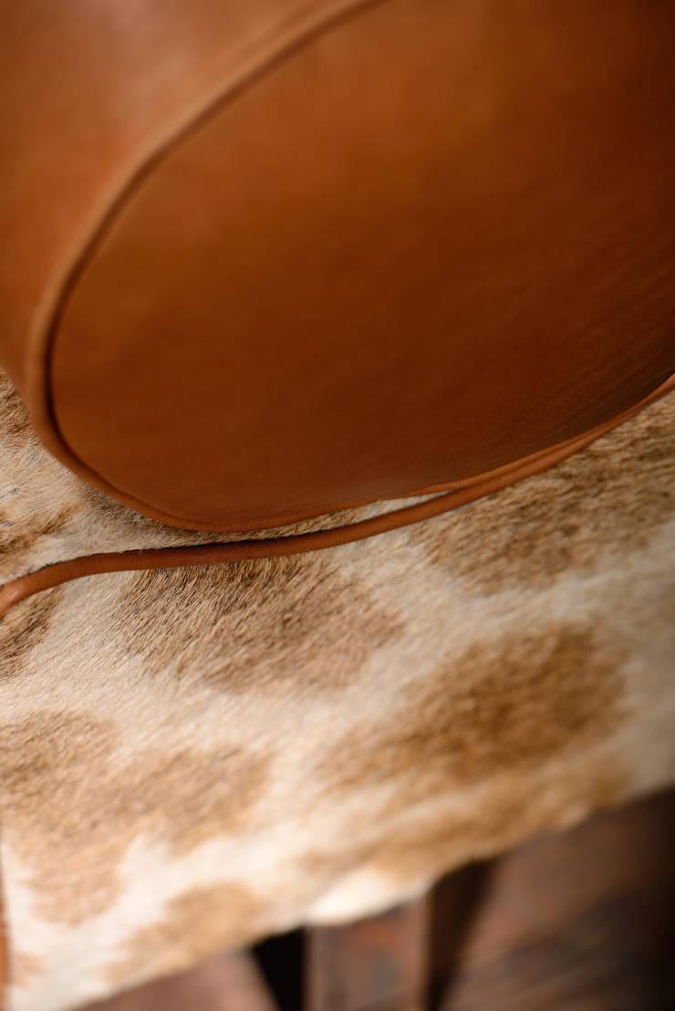 KAROO DAY BED: Salon de style  par LODGE COLLECTION