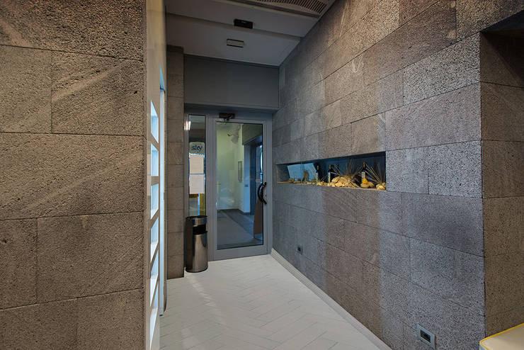 Pareti e pavimenti in pietra lavica: Pareti & Pavimenti in stile in stile Moderno di Ranieri Pietra Lavica
