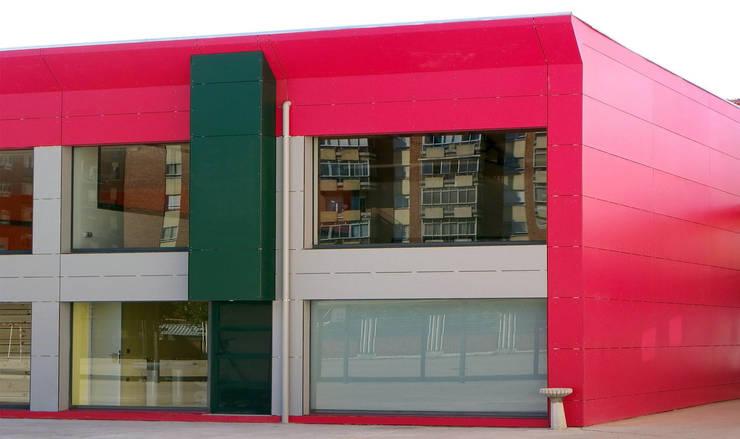 Gimnasio para colegio: Gimnasios domésticos de estilo  de URBAQ arquitectos