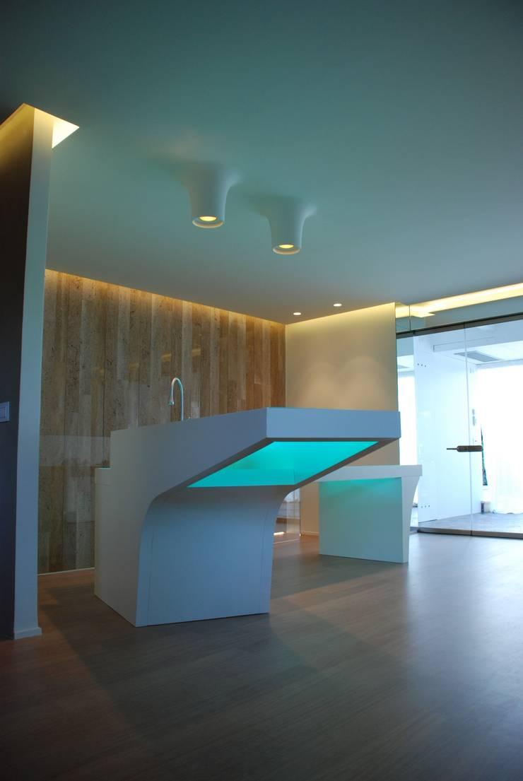Villa al mare- Bisceglie: Piscine in stile  di Silvia Cassetta kNoWarchitecture,