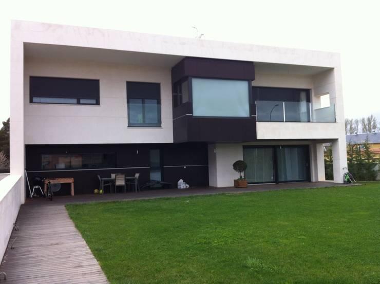 Vivienda unifamiliar en León: Casas de estilo  de URBAQ arquitectos