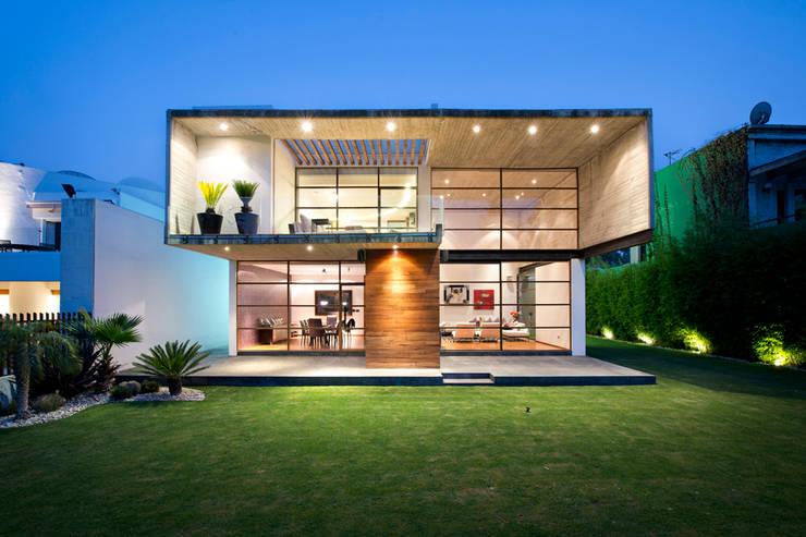 House LEV : Hogar de estilo  por Metarquitectura