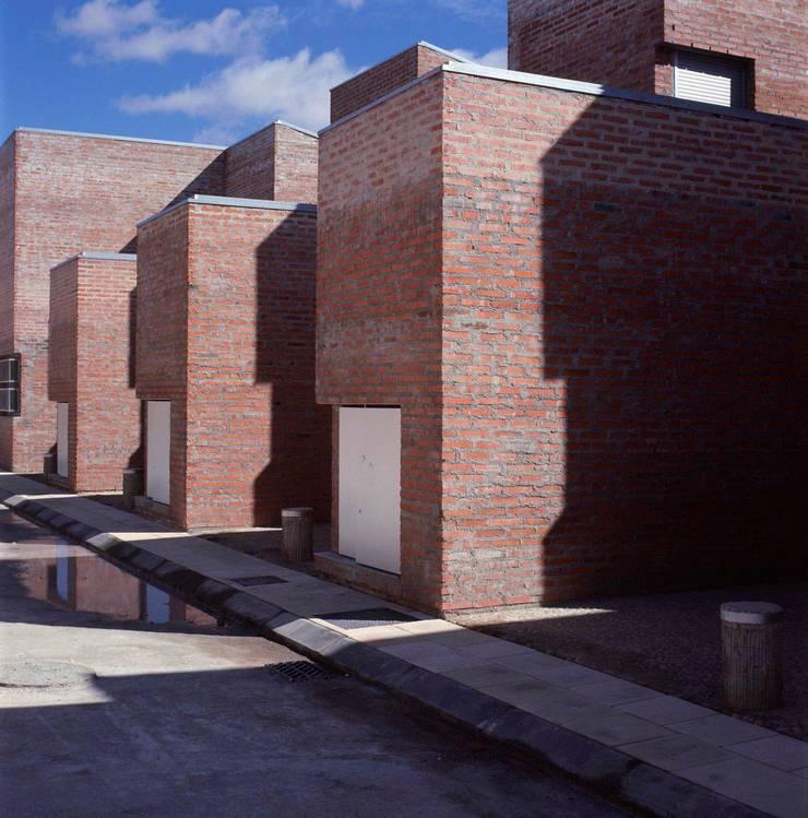 24 Viviendas en Sigüenza (Guadalajara):  de estilo  de Luis Martínez Santa-María