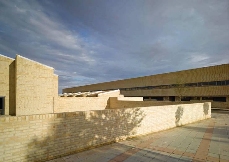 27 Viviendas en Mocejón (Toledo):  de estilo  de Luis Martínez Santa-María