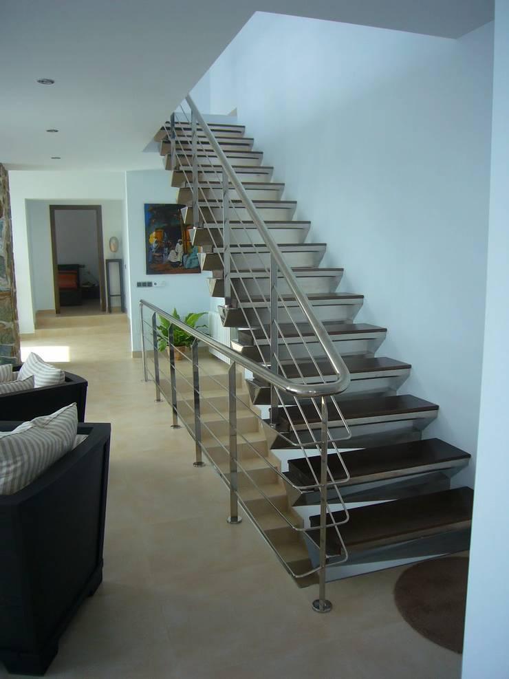escalera en salón.:  de estilo  de ARQUISURLAURO S.L.P.