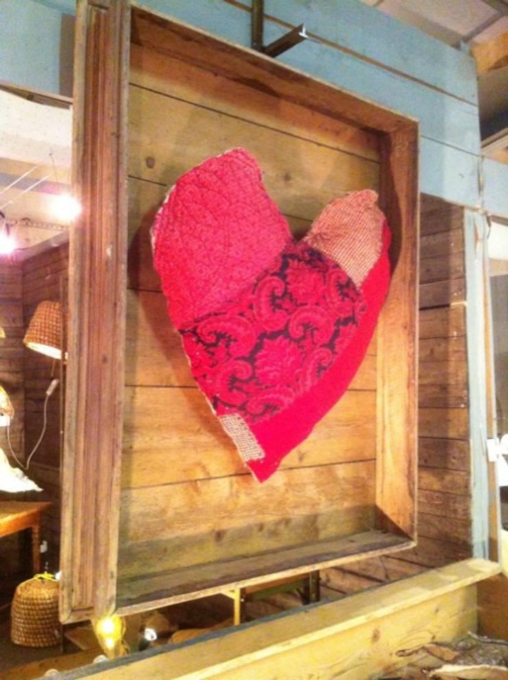 Coeur cousu en boutis aciens sur cadre en bois ancien de 1m30 de diamètre: Art de style  par ANTONIN Liliane