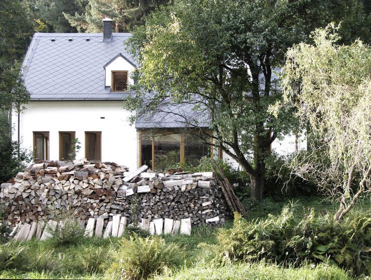 Casa nella Valle: Case in stile  di dvdv studio di architettura,