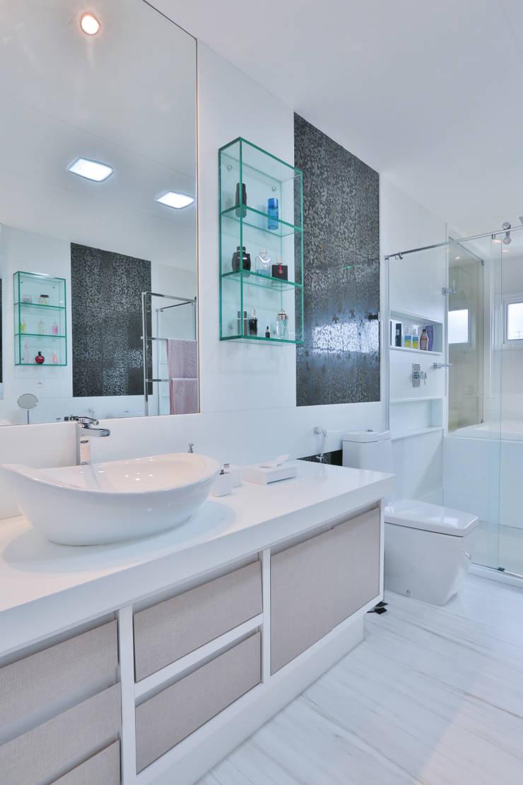 Banheiro do casal: Banheiros  por Rita Albuquerque Arquitetura e Interiores