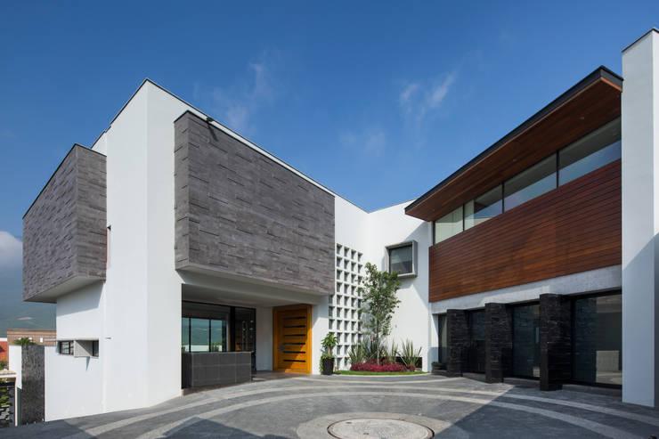 Fachada principal : Casas de estilo  por URBN