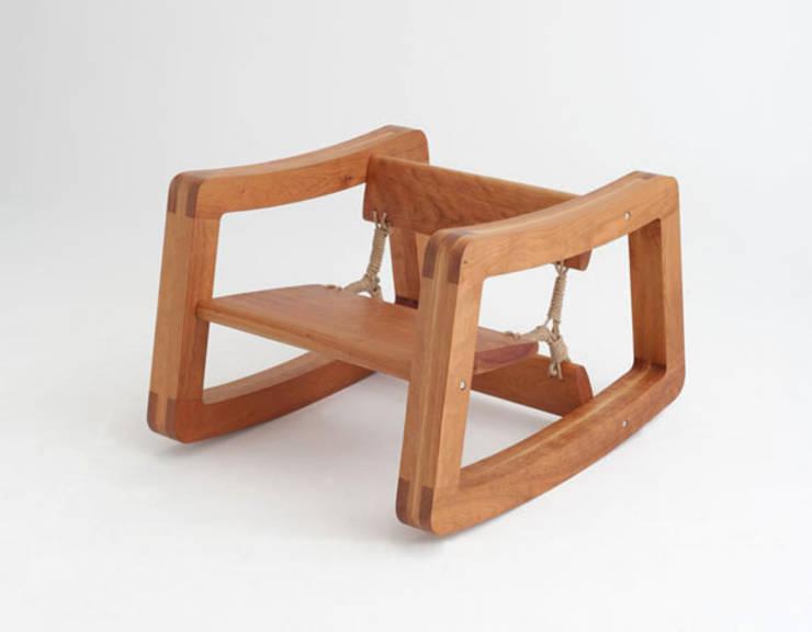 Rolling chair as rocking chair: Y.G.Park Wood Studio [박연규 우드스튜디오]의  거실