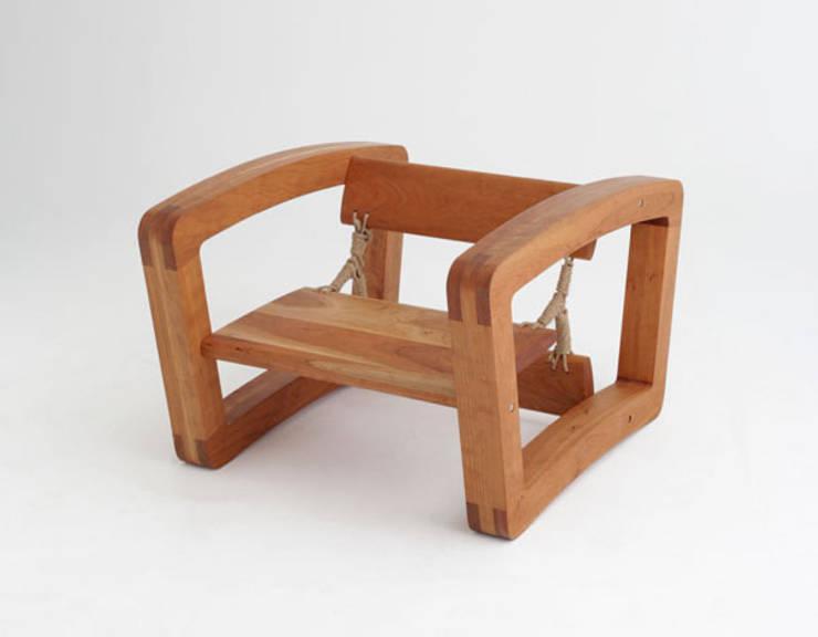 Rolling chair as sofa: Y.G.Park Wood Studio [박연규 우드스튜디오]의  거실