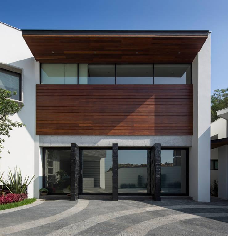 Área de trofeos vista desde exterior: Casas de estilo  por URBN