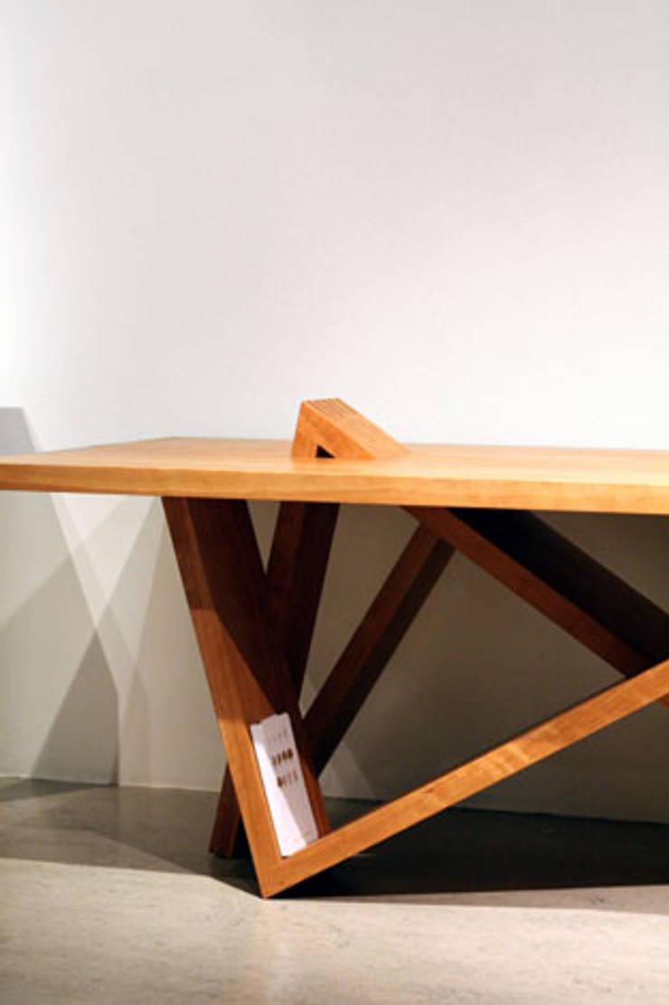 Structure of leg as storage shelves of the Mountain range_Table: Y.G.Park Wood Studio [박연규 우드스튜디오]의  다이닝 룸