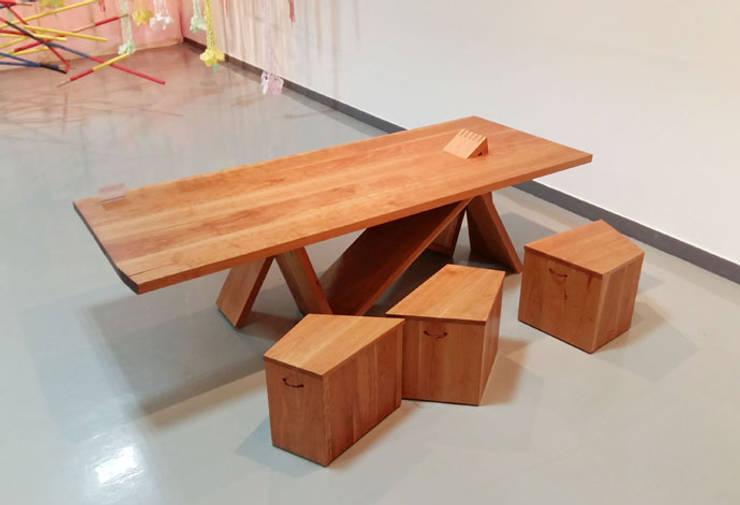 the Mountain rage_table and three Stones_stools: Y.G.Park Wood Studio [박연규 우드스튜디오]의  다이닝 룸