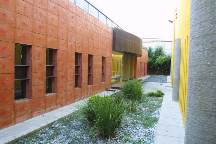 COIMMSA/Área exterior: Edificios de Oficinas de estilo  por URBN