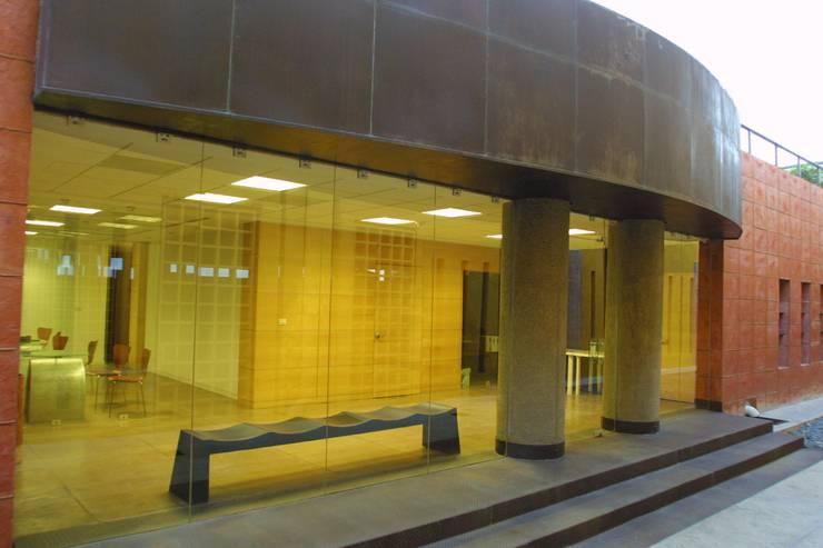 COIMMSA/Vista exterior de lobby: Edificios de Oficinas de estilo  por URBN