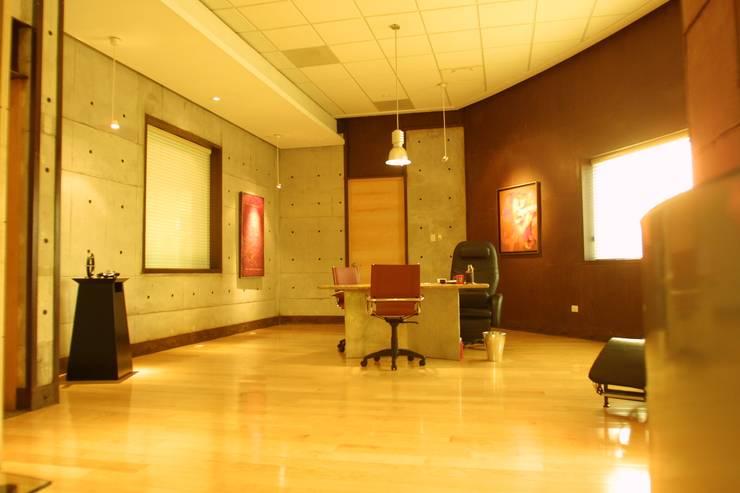 COIMMSA/Interior de privados: Estudio de estilo  por URBN