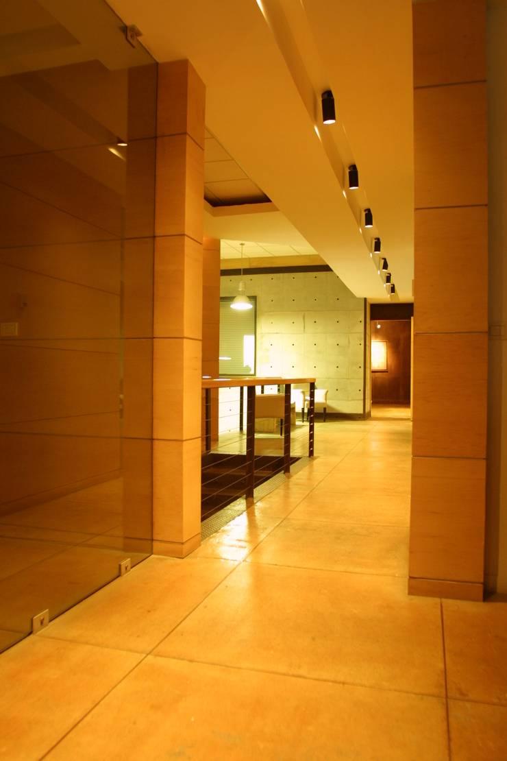 COIMMSA/Pasillo al interior de oficinas: Edificios de Oficinas de estilo  por URBN