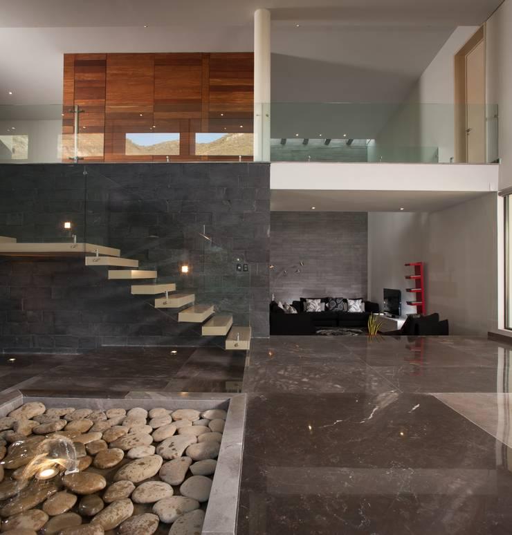 JT/Vista desde acceso principal: Vestíbulos, pasillos y escaleras de estilo  por URBN