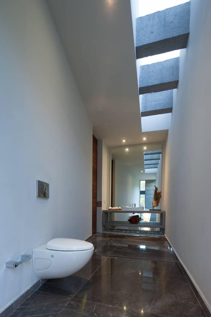 JT/Bano de visitas: Baños de estilo  por URBN