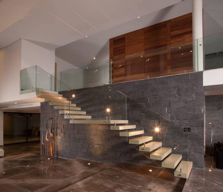 JT/Escaleras: Vestíbulos, pasillos y escaleras de estilo  por URBN
