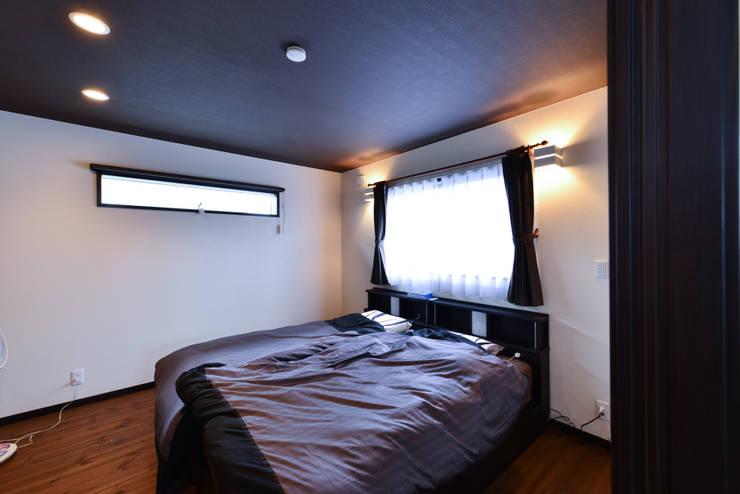 寝室: スクエア建築スタジオが手掛けた寝室です。