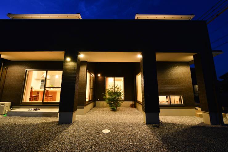 外観夜景1: スクエア建築スタジオが手掛けた家です。