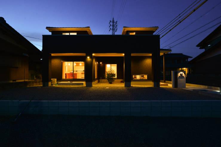 外観夜景2: スクエア建築スタジオが手掛けた家です。