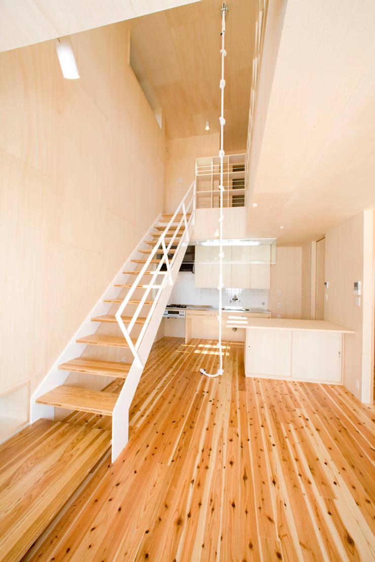 居間: 松下建築設計 一級建築士事務所/Matsushita Architectsが手掛けた廊下 & 玄関です。