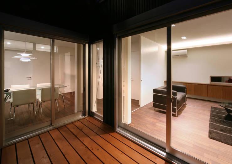 トンガリ壁の家: C lab.タカセモトヒデ建築設計が手掛けたベランダです。