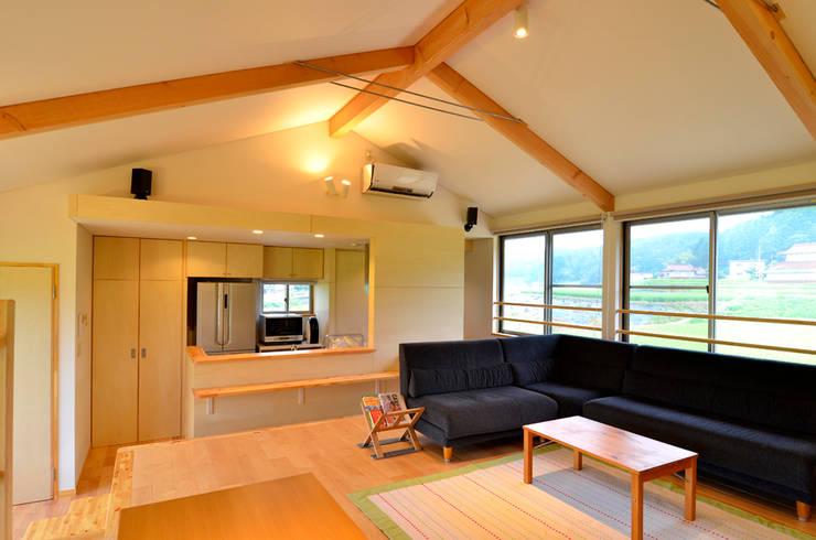 世羅の家: 宮崎環境建築設計が手掛けたリビングです。,
