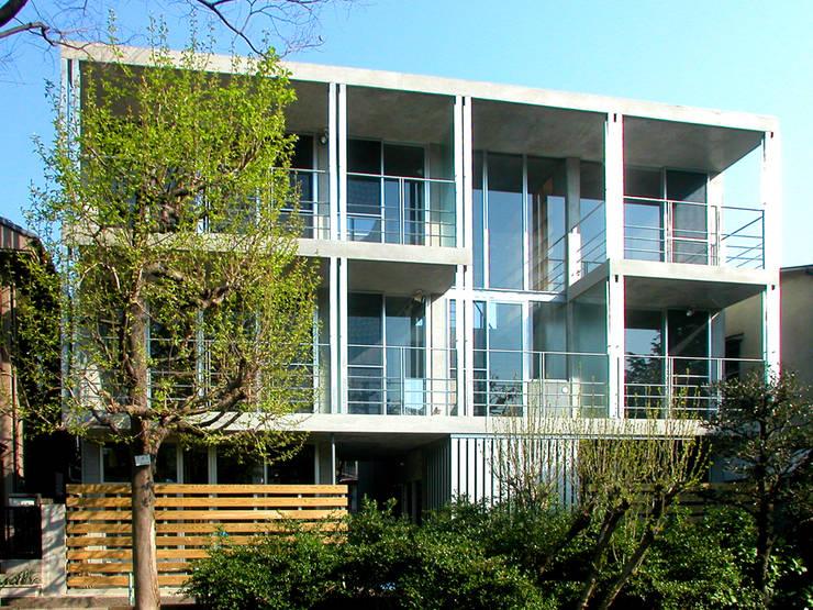 緑に囲まれたステージ: ユミラ建築設計室が手掛けた家です。