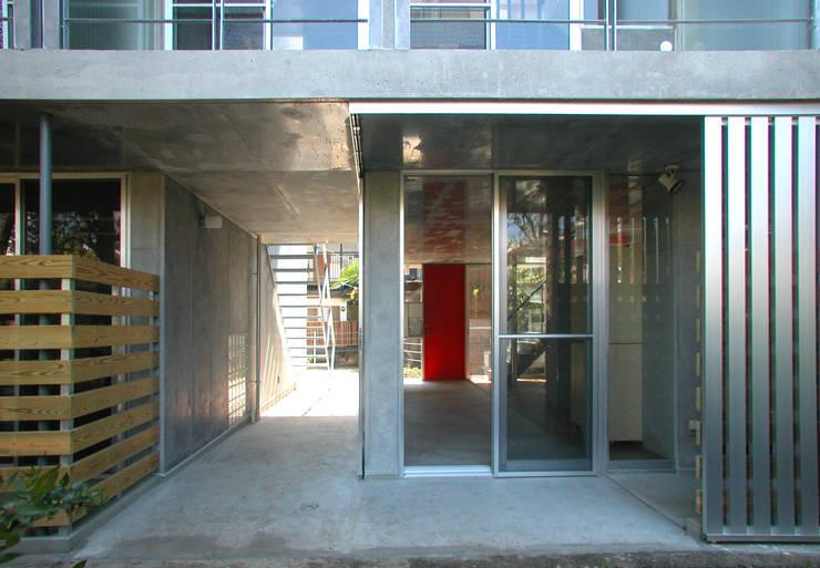 緑に囲まれたステージ: ユミラ建築設計室が手掛けた庭です。
