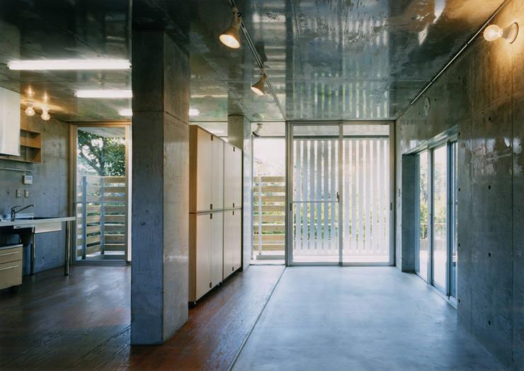 緑に囲まれたステージ: ユミラ建築設計室が手掛けた壁です。