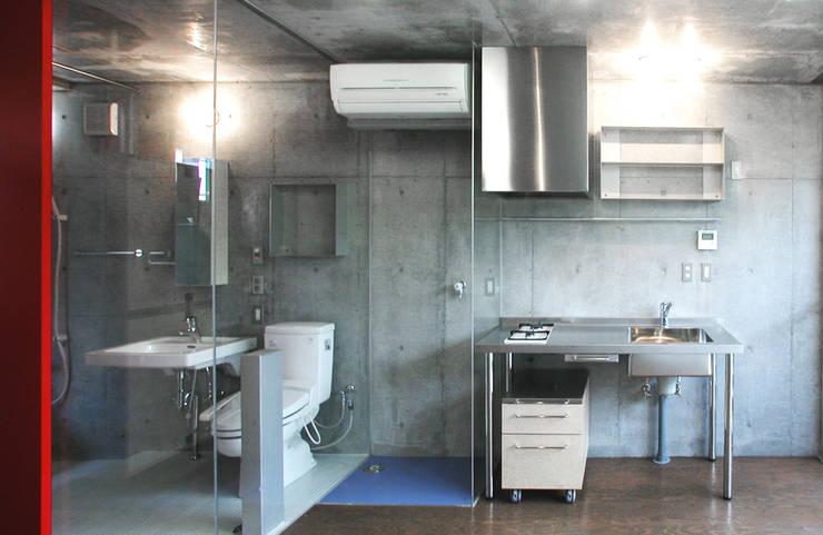 緑に囲まれたステージ: ユミラ建築設計室が手掛けたキッチンです。